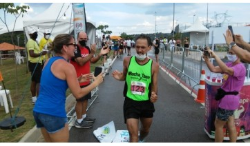O atleta adamantinense Marcelo Henrique Rocha, na linha de chegada, em primeiro lugar (Acervo Pessoal).