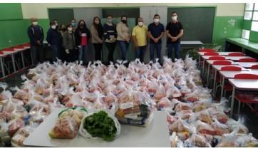 Entrega dos kits de alimentação escolar e hortifruti (Divulgação/Prefeitura de Mariápolis).