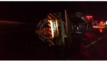 Caminhão tanque tomba após atropelar capivara na SP-294; combustível vazou e atingiu córrego