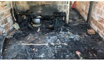 Incêndio começou pelo quarto onde estava a cadeirante, vítima fatal da tragédia (Foto: João Martins/TV Fronteira).
