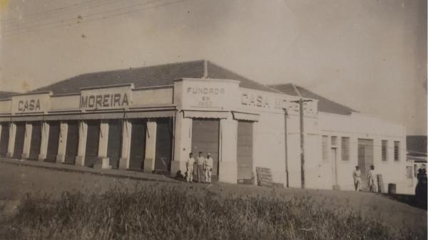 Antiga Casa Moreira, no cruzamento da Rua Osvaldo Cruz com a Alameda Armando de Salles Oliveira, hoje Centro Empresarial (Fotos: Arquivo Histórico Municipal de Adamantina).