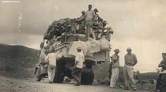 Grupo de nordestinos imigrantes embarca em um veículo pau de arara (Acervo: Arquivo Nacional)