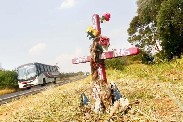 Entre a cruz, a estrada e a eternização da dor