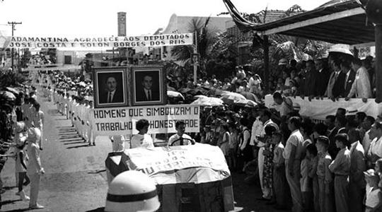 Desfile Cívico na administração do prefeito Antonio Cescon ? 1961/1965, mostra exaltaçao aos políticos (Acervo: Arquivo Histórico Municipal).