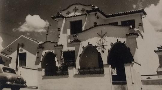 Grande maioria das casas construídas nas primeiras décadas da cidade tem muros e grades baixas, situação bastante diferente dos dias atuais (Arquivo Histórico Municipal).