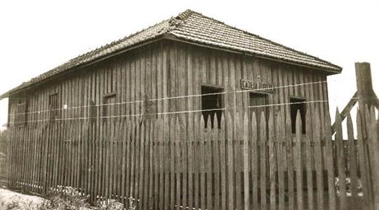 Primeira cadeia pública de Adamantina, na década de 40, localizada ao fina da Rua Euclides da Cunha (Reprodução/Livro Reviver Adamantina, de João Carlos Rodrigues).