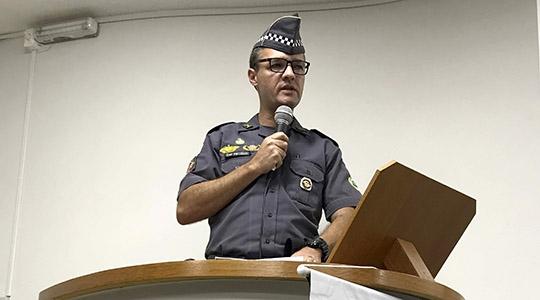 Capitão PM Júlio Marcelo Romagnoli, Coordenador Operacional do 25º BPM/I, em seu pronunciamento na Câmara Municipal, na abertura oficial da II Semana da Cidadania e Segurança do CONSEG de Adamantina (Foto: Siga Mais).