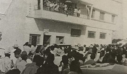 Sacada da Rádio Brasil, quando o sargento Parra exibia a menor que foi raptada (Reprodução/Jubileu de Ouro Adamantina/Cândido Jorge de Lima).