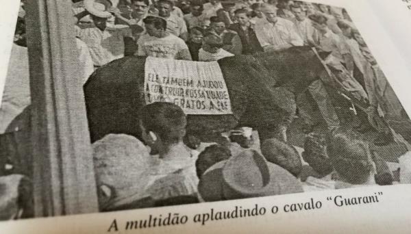 Multidão aplaude o cavalo Guarani, que se aposentou em maio de 1958, em Adamantina (Reprodução: Livro Jubileu de Ouro, de Cândido Jorge de Lima).