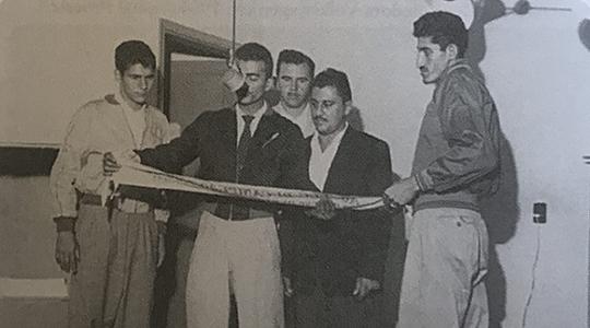 Porgrama da Rádio Brasil, em 11 de abril de 1958, com Rui Camarinha de Souza, Fauzer Santos (microfone), Nico Romanini, Olavo Mendonça de Faria e Wilson Matta (Reprodução: Livro Reviver Adamantina/João Carlos Rodrigues).