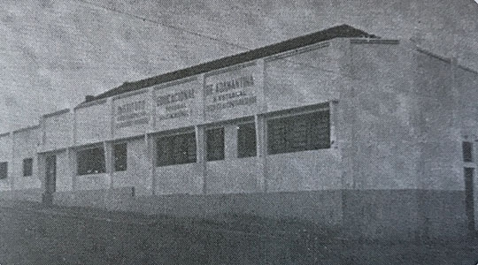 Prédio do Instituito Educaionla de Adamantina, localizado na Alameda Santa Cruz, cuja estrutura desabou (Reprodução: Livro Reviver Adamantina/João Carlos Rodrigues).