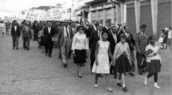Às vésperas da Revolução de 64, passeada por Deus e pela família, na Rua Deputado Salles Filho, centro de Adamantina (Foto: Arquivo Histórico Municipal).