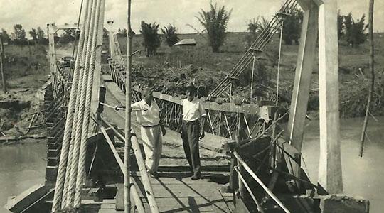 Ponte pênsil sobre o Rio do Peixe, na década de 50 (Arquvo Histórico Municipal).