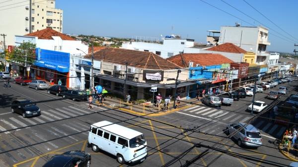 Uma das principais esquinas de Adamantina, cruzamento da Avenida Rio Branco com a Rua Deputado Salles Filho (Arquivo).