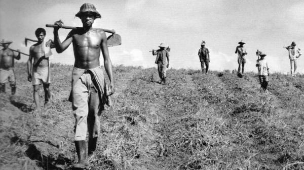 Trabalhadores rurais assentados (Foto: Sebastião Salgado).