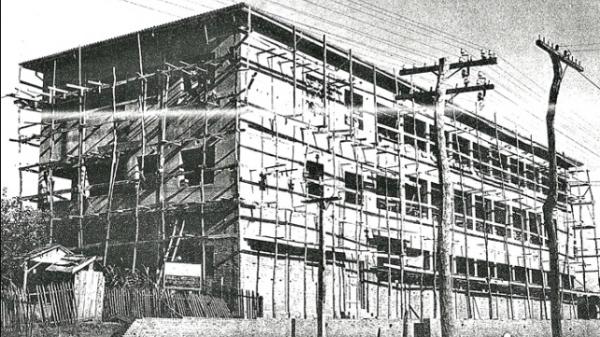 Fachada do atual prédio do Colégio Madre Clélia em construção em meados de 1950 (Arquivo Pessoal de Therezinha Tófoli).