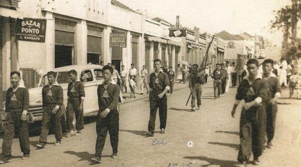Desfile cívico em 1955, pelas ruas de Adamantina (Arquivo Histórico Municipal).