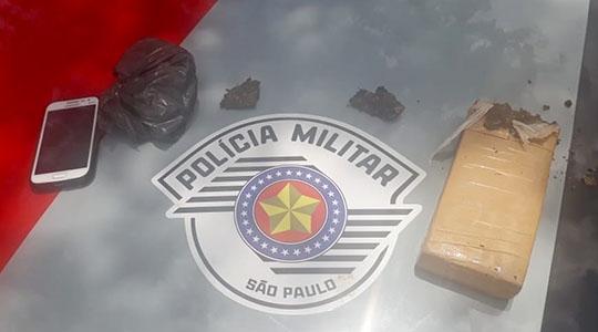Tijolo de maconha, com cerca de 640 gramas da droga, foi apreendido na operação (Foto: Cedida/PM).