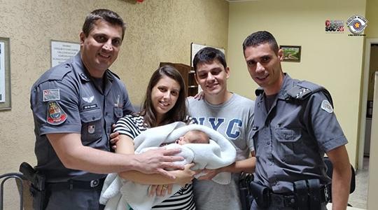 Cabos Renato Taroco e Robson Thiago de Souza com os pais do pequeno Henrique, após o salvamento do bebê de apenas 21 dias (Foto: Cedida/PM).