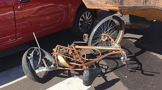 Idoso estava na bicicleta, que foi atingida na traseira. Ele foi arremessado na carreta do trator e caiu ao chão, morrendo em decorrência dos graves ferimentos (Fotos: Carlos Volpi/TV Fronteira).