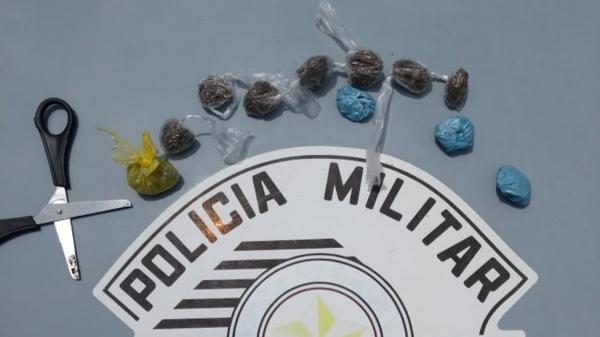 Droga e uma tesoura apreendidas pelos policiais, na casa do adolescente (Foto: Cedida/PM).