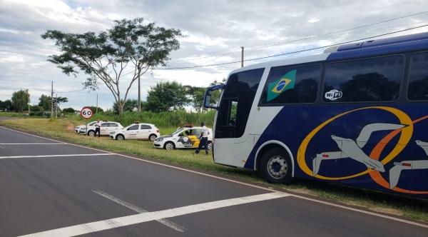 Ônibus escolares e outros veículos foram fiscalizados na SP-294 pela PM Rodoviária em Adamantina, nas proximidades da rotatória para o bairro Lagoa Seca e Rodovia Plácido Rocha (Foto: Cedida/PM Rodoviária).