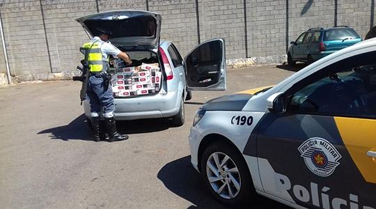 No interior do carro estavam 11,5 mil maços de cigarro contrabandeados, sem documento fiscal (Fotos: Cedidas/PM Rodoviária).