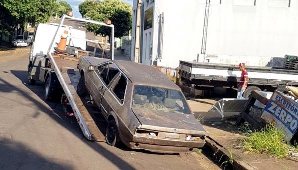 Veículos abandonados em via pública começaram a ser removidos pela Prefeitura (Foto: Cedida).