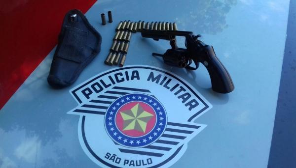 Revólver calibre 38, Taurus, com numeração suprimida, e 27 munições, apreendidos pela Polícia Militar (Foto: Cedida/PM).