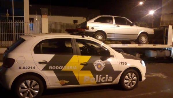 Carro furtado em Martinópolis é recuperado pela PM Rodoviária de Adamantina na SP-425 (Fotos: Cedidas/PM Rodoviária).