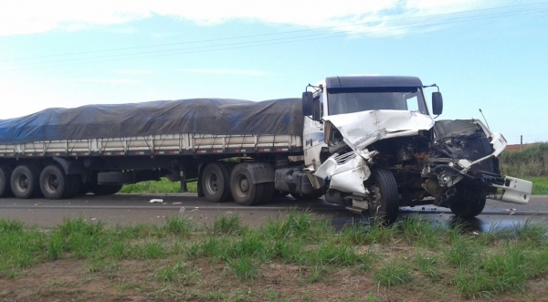 Acidente envolveu dois caminhões, que seguiam no mesmo sentido (Fotos: Rádio Metrópole / Portal Metrópole / Cristiano Nascimento).