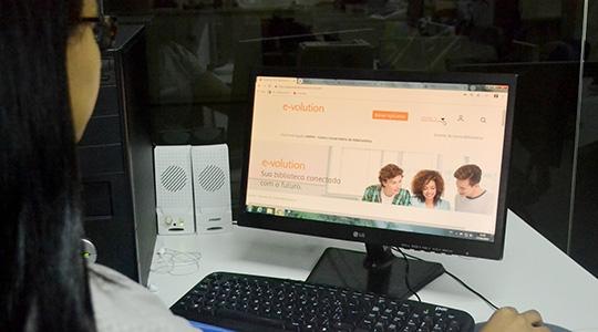 Alunos da UniFAI tem acesso a contratou a E-volution Biblioteca Virtual Multimídia da Elsevier (Foto: Gabriel Lima).