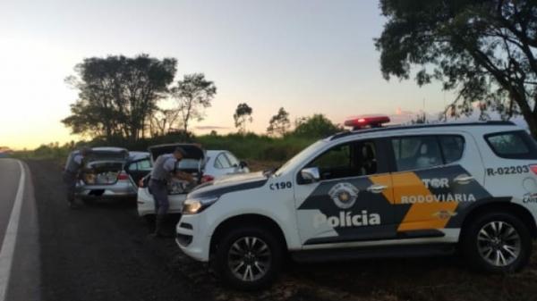 Prisão do trio e a apreensão das mercadorias foram ao amanhecer deste sábado, na SP-294, altura de Irapuru (Imagem: Cedida/PM Rodoviária).