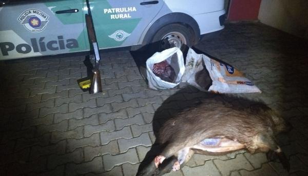 Arma e animais abatidos foram apresentados pela Polícia Ambiental junto à Policia Civil, com os envolvidos, para a apuração de crime ambiental  (Foto: Cedida/PM Ambiental).