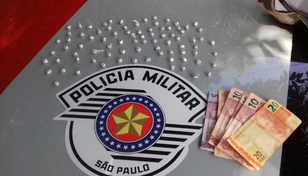 Porções de crack prontas para venda foram apreendidas pela Polícia Militar (Foto: Cedida/PM).