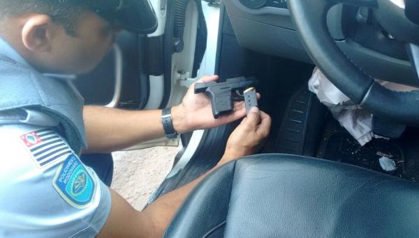 Arma foi localizado no interior do veículo e empresário foi preso, pagando fiança de R$ 4 mil para responder em liberdade (Fotos: Cedidas/Polícia Rodoviária).