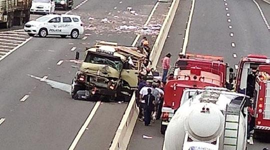 Caminhoneiro teve ferimentos na cabeça e foi socorrido por equipes do Bombeiro (Reprodução/Portal Bueno).