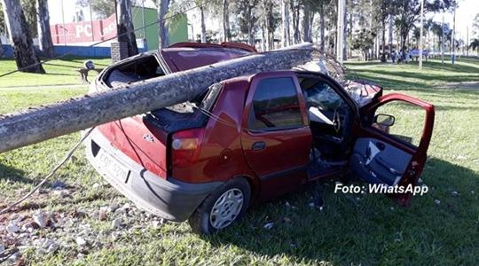 Carro atinge poste, que cai sobre o veículo, ferindo casal que estava no automóvel (Fotos: Reprodução/Visão Notícias).