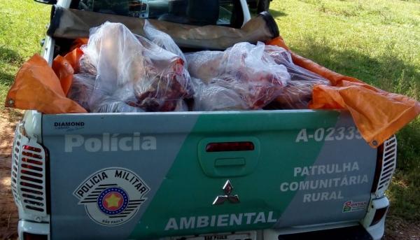 Carne foi apreendida e encaminhada para aterro sanitário, em operação realizada pela Polícia Ambiental, que flagrou abatedouro clandestino e comércio ilegal de carnes (Foto: Cedida/Polícia Ambiental).