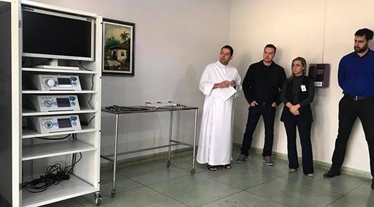 Novo equipamento de videolaparoscopia adquirido pela Santa Casa de Adamantina com recursos do Leilão de Gado e créditos da Nota Fiscal Paulista, já está em operação (Foto: Siga Mais).