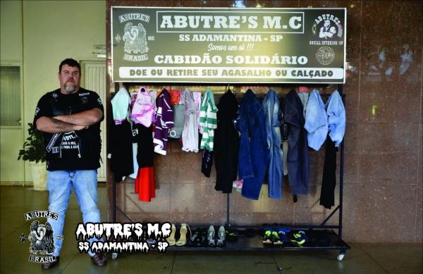 Márcio Zaparolli, responsável pela área social da subsede local do Abutre?s Moto Clube, com o Cabidão Solidário instalado no saguão da Prefeitura (Divulgação).