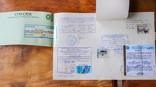 Médicos acusados pelo Cremesp apresentam documentação sobre revalidação do diploma (Reprodução: Tribuna Bastos).
