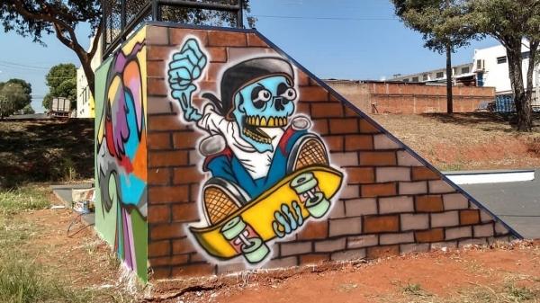 Grafite realizado pelo artista visual Marcos Vinicius, na pista de skate do Parque dos Pioneiros (Reprodução: @marcos_vinicius_art).