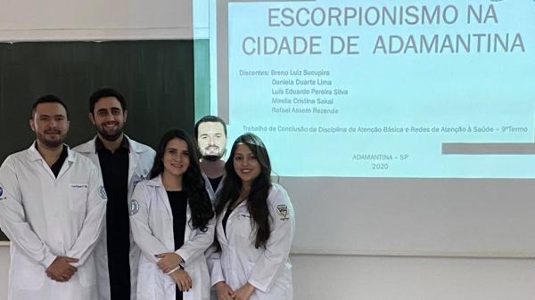 Cinco estudantes autores do trabalho, alunos do curso de medicina da UniFAI (Acervo Pessoal).