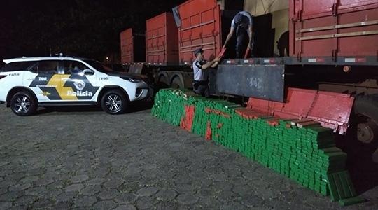 Droga estava em fundo falso de caminhão, e foi descoberta por policiais rodoviários do TOR - Tático Ostensivo Rodoviário - de Marília (Imagens: Reprodução/Portal NC/Pompéia).