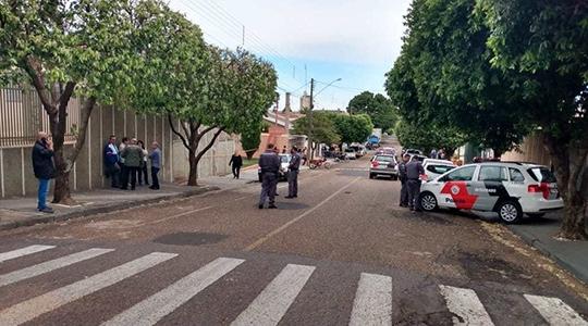 Ao resistir a desocupação de imóvel leiloado, policial civil aposentado reage, dispara e é morto por tiros disparados pela PM, que apoiava a ação do oficial de justiça (Reprodução/Portal Regional).
