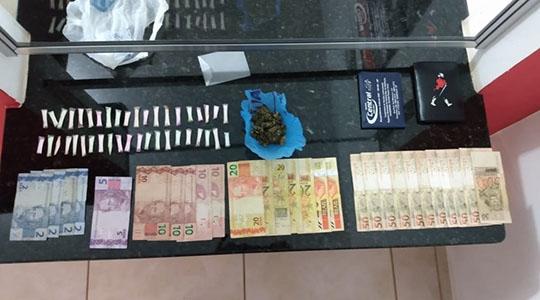 Mais de 40 pinos de cocaína e uma porção de maconha foram apreendidos com homem já conhecido nos meios policiais (Foto: Cedida/PM).