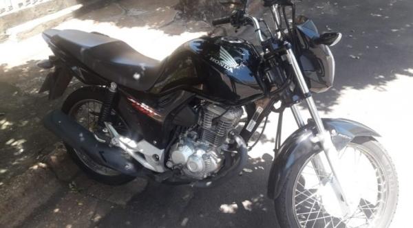Moto foi recuperada pela Polícia Militar próximo ao local onde ocorreu o furto (Reprodução/AdamantinaNet).