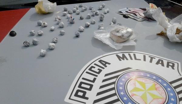 Droga foi apreendida durante a operação da PM. Homem e mulher foram presos pelos policiais (Foto: Cedida/PM).
