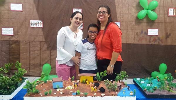 A mãe Glaucia Magri da Silva Frederico com a filha Maria Clara e a psicopedagoga Angela Soares, de Adamantina (Foto: Arquivo Pessoal).